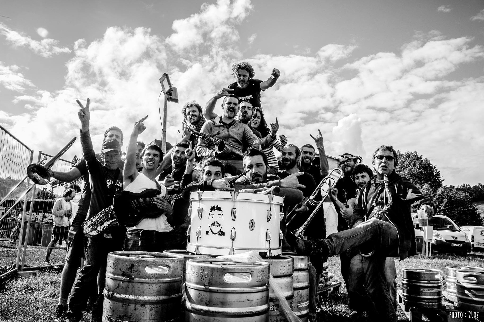 """[Fanfare punk] Quinze ans déjà que La Collectore marche sans filet sur le fil de la vie collective et musicale, les pieds sur les nuages et la tête dans l'utopie. Ils sortent à l'occasion du festival leur 3ème album, """"Présent des astres"""" après 7 ans d'attente insupportable !!!"""