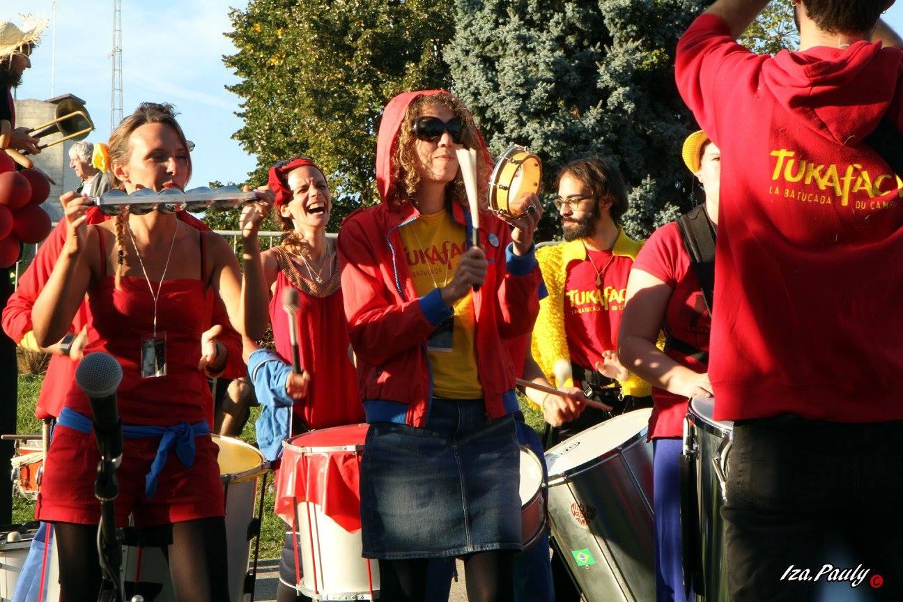 [la batucada du campus !] Depuis 2008, l'Université de Bordeaux et l'Université de Bordeaux Montaigne ont leur Batucada !  La troupe semi-amateure, joyeuse et colorée, déboule dans toutes les fêtes pour y contaminer tous les publics ! Samba de Rio, mais aussi samba-reggae, maracatu, funk, rythmes de l'océan indien, en déambulation ou sur scène, c'est la fêêêêête !