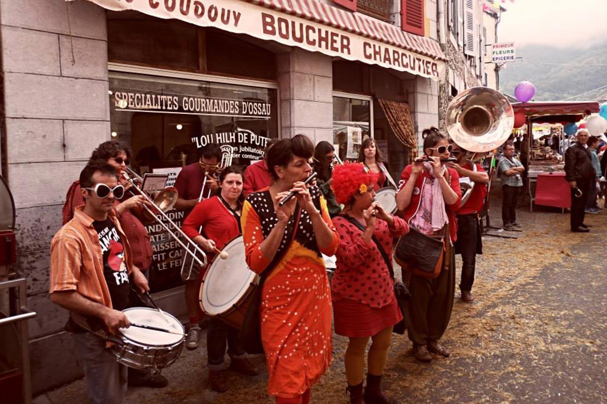 [Ripataoulère swing] Le groupe des Sous-Fifres, fruit de plus de 20 ans de transmission, réunit une quinzaine de musiciens avertis…  La Ripataoulère swing des Sous-Fifres - composée de fifres, percussions, trombones, tubas, saxophones… - intervient de nombreuses fois par an pour animer : carnavals, foires, marchés, festivals !