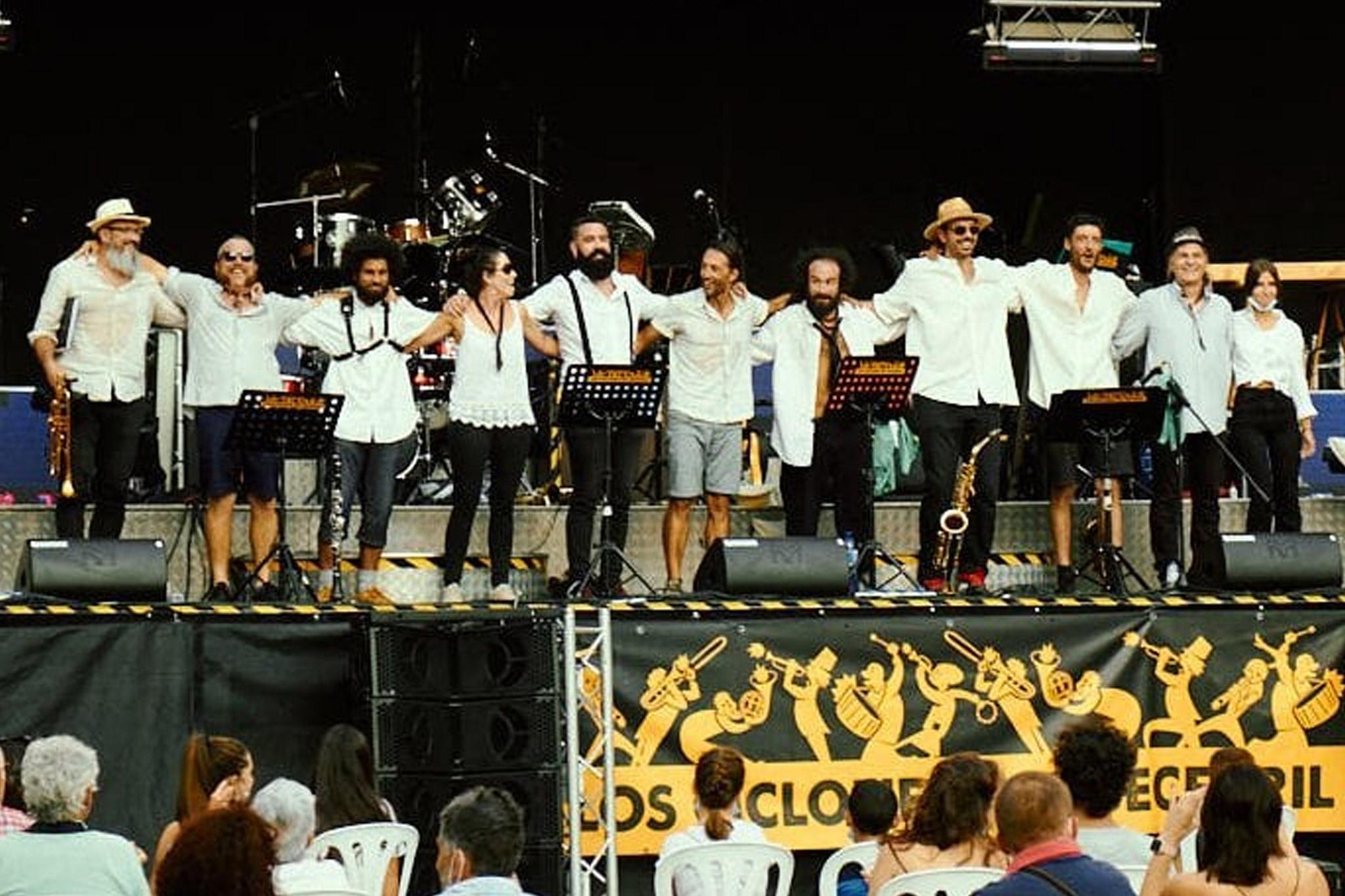 Los Ciclones del Becerril, c'est une histoire d'amitié qui s'est construite au fur et à mesure des années. A la suite d'une rencontre fort enjouée avec La Collectore, la bande de joyeux espagnols est venue au premier Pressoir, en 2010. De là est née l'idée de monter un groupe, qui se produit depuis plusieurs années maintenant, et même un festival, tous les étés !!
